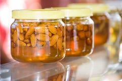 De honing van de amandel Stock Afbeelding