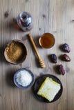 De honingsahornstroop dateert kokosnoot en suiker Royalty-vrije Stock Foto's