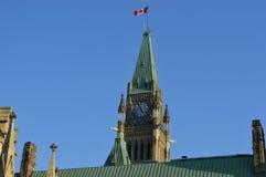 De hoofdbouw binnen de stad in met de Canadese vlag (Ottawa) Stock Fotografie