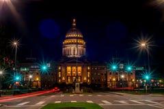De hoofdbouw van de staat van Idaho bij nacht met straatlantaarns stock afbeeldingen