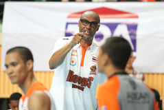 De hoofdbus van Joe Bryant van de bespreking van Sportenomwenteling Thailand Slammers met scheidsrechter in ASEAN-Basketballiga  Stock Foto's