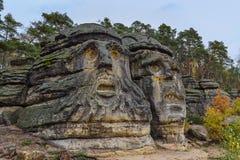 De hoofden van de beeldhouwwerkenduivel ` s in het dorp Zelizy - Tsjechische republiek royalty-vrije stock foto's