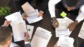 De hoofden van het bedrijf bespreken het ondertekenen van nieuwe contracten Hoogste mening stock video