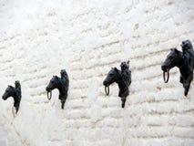 De hoofden van het metaalpaard stock foto's