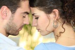 De hoofden van het paar die in profiel worden aangesloten bij Stock Foto's