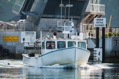 De hoofden van de zeekreeftboot uit voor mooie dagen werken in Zuiden Bristol, Maine, Verenigde Staten stock afbeeldingen