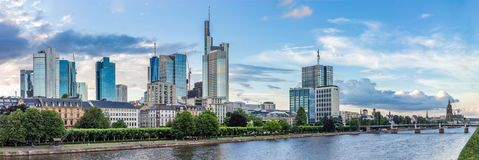 De hoofdhorizon van Riverbank en van Frankfurt in de Zomer Stock Afbeeldingen