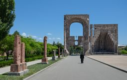 De hoofdingang aan Moeder ziet van Heilige Complexe Etchmiadzin Stock Fotografie