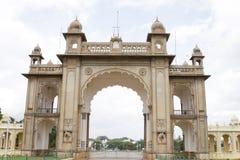 De hoofdingang van het paleis van Mysore Stock Foto's