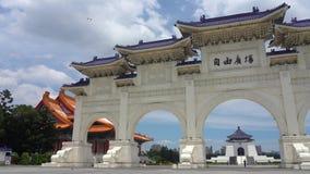 De hoofdingang van de Nationale Democratie Memorial Hall van Taiwan stock video