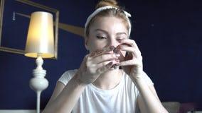 De hoofdjuwelier maakt met de hand gemaakte juwelen stock footage
