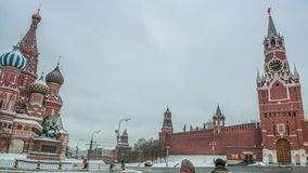 De hoofdklok van Moskou het Kremlin genoemd Kuranti op Spasskaya-Toren Rood vierkant stock footage