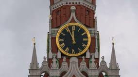 De Hoofdklok van Moskou het Kremlin genoemd Kuranti op Spasskaya-Toren 12 uren Rood vierkant Timelapse stock videobeelden