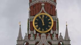 De Hoofdklok van Moskou het Kremlin genoemd Kuranti op Spasskaya-Toren 12 uren Rood vierkant Timelapse stock video