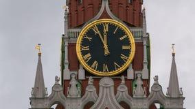 De Hoofdklok van Moskou het Kremlin genoemd Kuranti op Spasskaya-Toren 12 uren Rood vierkant Timelapse stock footage