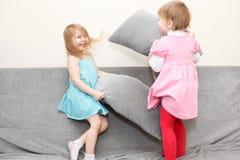 De hoofdkussens van kinderen het vechten Stock Foto's