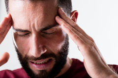 De hoofdpijn van deze mens vereist pijnstiller stock foto