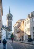 De hoofdstraat die in Wittenberg, Duitsland tot beroemde chu leiden royalty-vrije stock afbeeldingen