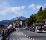 De hoofdstraat met vele auto's in Nikko, Japan Royalty-vrije Stock Afbeeldingen