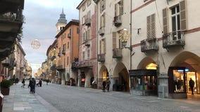 De hoofdstraat van Cuneo door Kerstmislichten dat wordt verlicht stock videobeelden