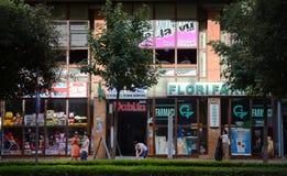 In de hoofdstraten van Tirana het hoogtepunt van Kleurrijke gebouwen en winkels, Tirana is hoofd van Albanië Royalty-vrije Stock Foto's