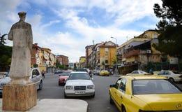 In de hoofdstraten van Tirana het hoogtepunt van Kleurrijke gebouwen en winkels, Tirana is hoofd van Albanië Stock Foto