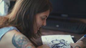 De hoofdtatoegering brengt patroon op vindend document over door potlood stock videobeelden