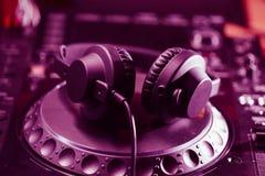 De hoofdtelefoons van DJ op CD muziekspeler Stock Foto