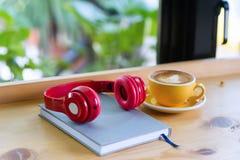 de hoofdtelefoons worden geplaatst op houten raad Klaar aan w stock afbeelding