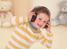 De hoofdtelefoons zijn zeer tevreden Stock Foto
