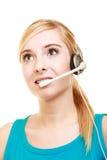 De hoofdtelefoonvrouw die van de klantendienst gevend online hulp spreken Stock Afbeeldingen