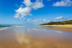 De hoofdvervoersweg die op Fraser Island - de brede natte kust van het zandstrand Vreedzame oceaan onder ogen zien - snakt 75 mij stock foto