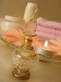 De hoofdzaak van het kuuroord (mooie fles parfum en kaars, bloemen, Stock Foto