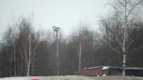 De hoogspringen van de de wintermotocross stock footage