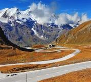 De hoogste bergbovenkanten zijn behandeld met verse sneeuw Stock Foto's