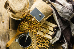 De hoogste bonen van de meningskoffie en koffiekop op een houten lijst Stock Foto