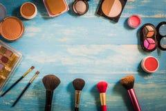 De hoogste die Make-up van meningsschoonheidsmiddelen op een houten lijst wordt geplaatst Stock Foto