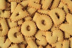 De hoogste die mening van het woordgoed met alfabet wordt gespeld vormde koekjes op hoop van dezelfde koekjes stock foto