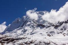 De hoogste die piek van Peru van het berglandschap met wolken wordt behandeld Stock Foto