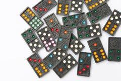 De hoogste domino's van de menings oude zwarte kleur met kleurrijke puntstukken op witte vloerachtergrond Royalty-vrije Stock Foto's