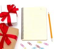 De hoogste doos van de meningsgift met blocnote, geel potlood, paperclip stock afbeelding