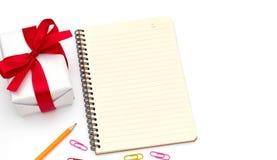 De hoogste doos van de meningsgift met blocnote, geel potlood, paperclip stock foto's