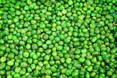 De hoogste erwt van de menings smakelijke knapperige groene suiker met gezouten die textuur op achtergrond, tot gouden wordt gefr stock afbeeldingen