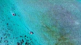 De hoogste 4k luchtmening bij het verbazen turuqoise kalm Vreedzaam oceaan van de toevluchttahiti van de waterluxe het eiland Fra stock videobeelden