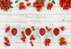 De hoogste lepel van de meningstomatensaus met tomaten die op keuken worden geïsoleerd wh royalty-vrije stock foto