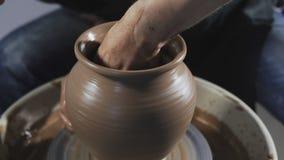 De hoogste mening van Beeldhouwer in workshop maakt kruik uit klei Het close-up van het pottenbakkers` s werk stock footage