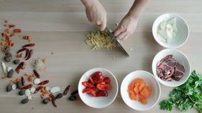 De hoogste Mening van Chef-koks overhandigt Hakkende Ginger And Garlic On Wooden-Raad, Gezond Voedselconcept stock footage