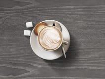 De hoogste mening van de koffiekop over donkere houten lijstachtergrond Royalty-vrije Stock Foto's