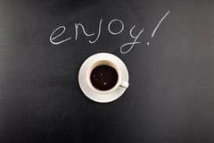 De hoogste mening van de stoom van de koffiemok en geniet van van letters voorziend Royalty-vrije Stock Afbeeldingen