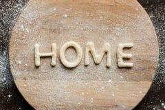 De hoogste mening van eetbaar van letters voorziend huis maakte van koekjes op houten scherpe raad Stock Foto